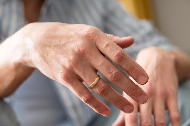 Zakończenie mężczyzna ręki jest ubranym pierścionek