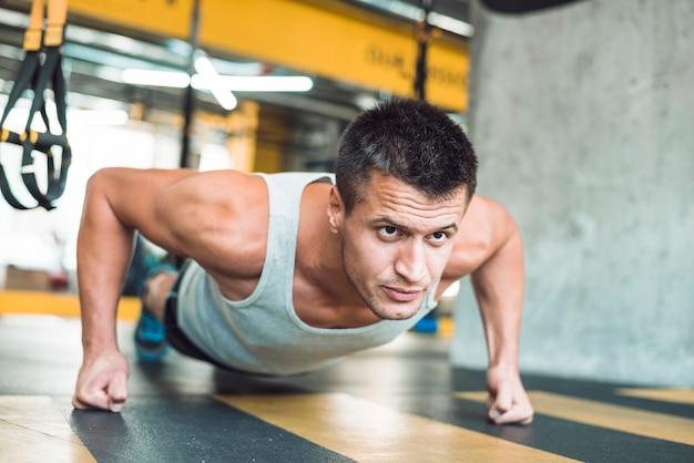 Zakończenie mężczyzna robi treningowi w gym