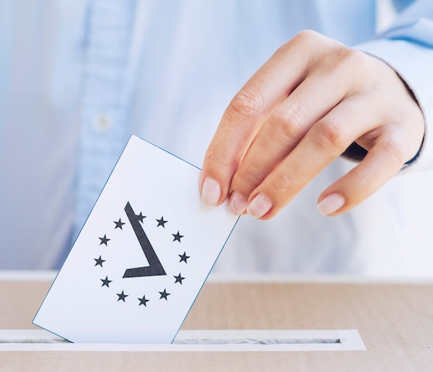 Zakończenie mężczyzna stawia w pudełku tajne głosowanie