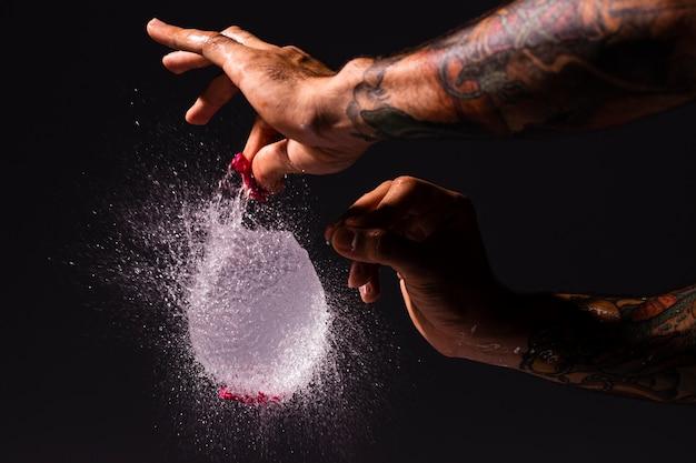 Zakończenie mężczyzna strzela wodnego balon