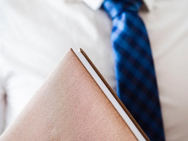Zakończenie mężczyzna trzyma rzemiennego notatnika