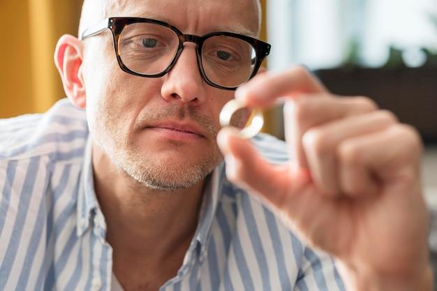 Zakończenie mężczyzna trzyma złotą obrączkę ślubną
