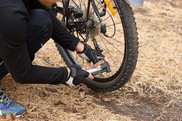 Zakończenie mężczyzna up wręcza pompować rowerowego koło, domowy utrzymanie rower, rowerowa usługa i utrzymywać dla nowego sezonu