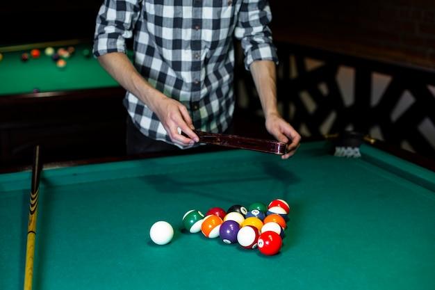 Zakończenie mężczyzna z basenu trójbokiem i piłkami
