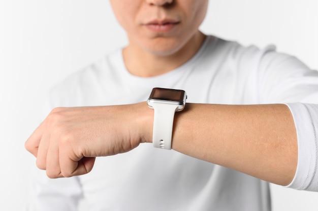 Zakończenie mężczyzna z smartwatch