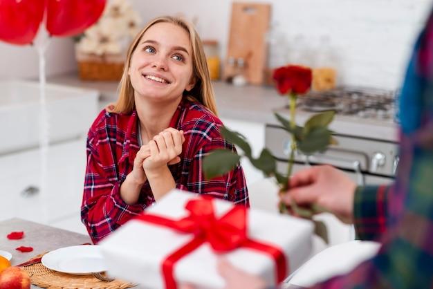 Zakończenie mężczyzna zaskakująca kobieta z różą i teraźniejszością