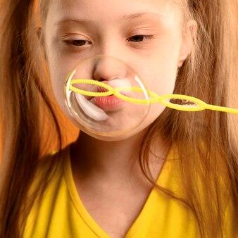 Zakończenie młoda dziewczyna dmucha bąble