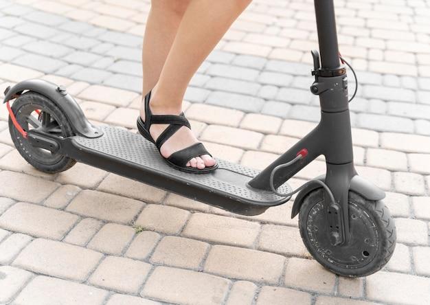Zakończenie młoda kobieta jedzie skuterem
