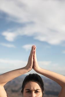 Zakończenie młoda kobieta w joga pozie