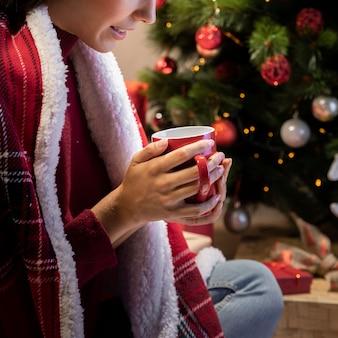 Zakończenie młoda kobieta z herbacianą filiżanką