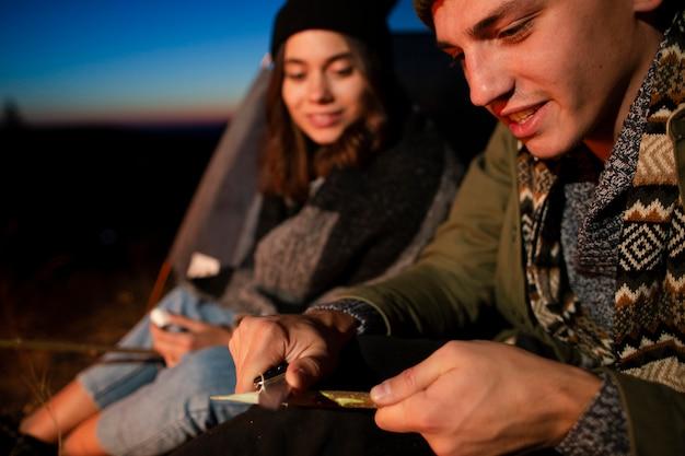 Zakończenie młody mężczyzna i kobieta outdoors