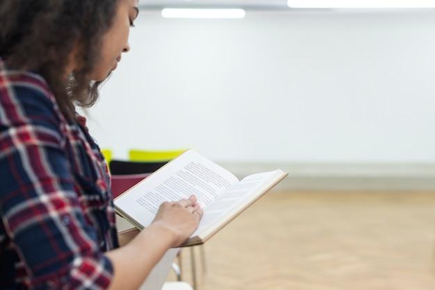 Zakończenie nastoletniej dziewczyny czytanie