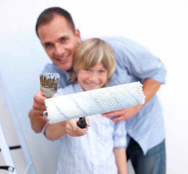 Zakończenie ojciec i jego syna mienia paintbrush