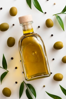 Zakończenie oliwek nafciana butelka na stole