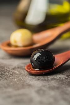 Zakończenie organiczne oliwki w łyżce