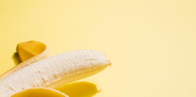 Zakończenie organicznie banan z kopii przestrzenią