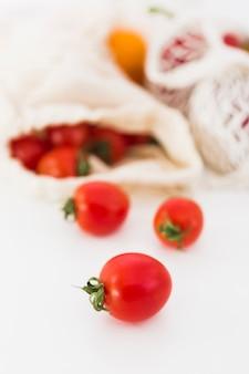 Zakończenie organicznie pomidory na stole