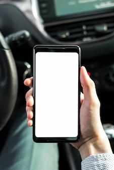 Zakończenie osoba pokazuje telefon komórkowego w samochodzie