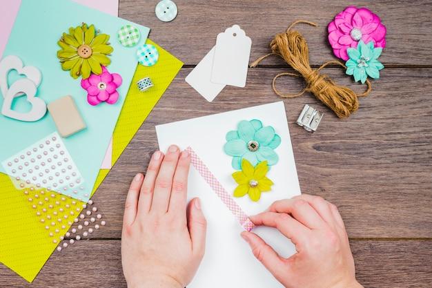 Zakończenie osoba robi kartka z pozdrowieniami na drewnianym biurku