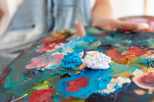 Zakończenie osoba trzyma obraz paletę