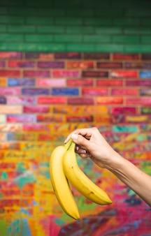 Zakończenie osoba trzyma up owoc