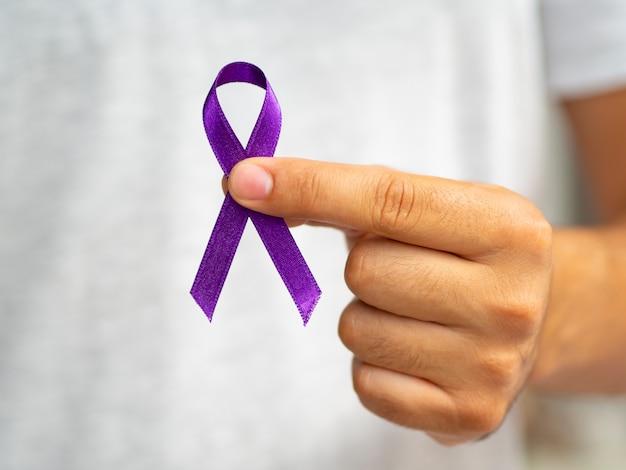 Zakończenie osoba trzyma up purpurową faborek