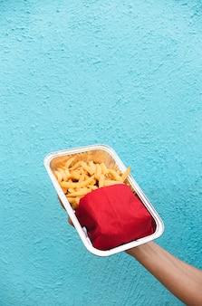 Zakończenie osoba trzyma up śmieciowe jedzenie