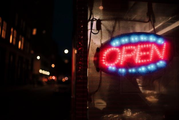 Zakończenie otwarty podpisuje wewnątrz neonowych światła