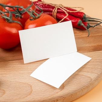 Zakończenie papier z pomidorami i chili pieprzami