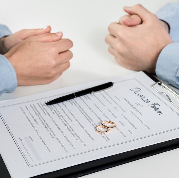Zakończenie para dyskutuje rozwodową formę