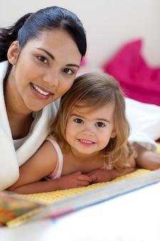 Zakończenie piękna mała dziewczynka i jej matka czyta książkę