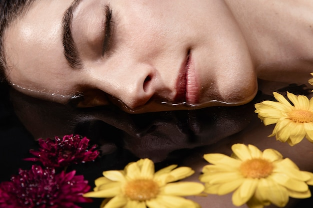 Zakończenie pięknej młodej kobiety relaksować