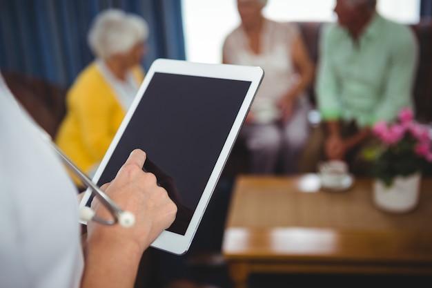 Zakończenie pielęgniarka trzyma cyfrową pastylkę