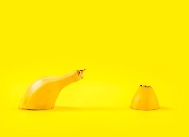 Zakończenie pokrojony banan na stole