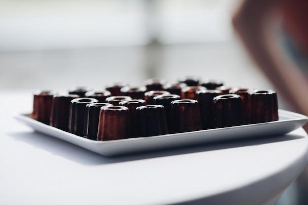 Zakończenie porci talerz z apetyczną świeżą czekoladową brownie babeczką na stole przy luksusową restauracją