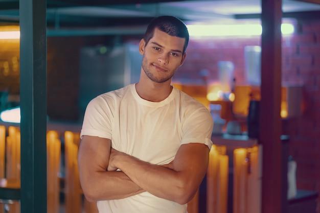 Zakończenie portret atrakcyjny samiec model. młody przystojny mężczyzna w barze