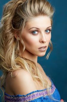 Zakończenie portret caucasian młoda kobieta z pięknymi niebieskimi oczami