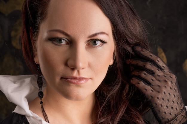 Zakończenie portret dorosła piękna kobieta z makeup, ciemny tło