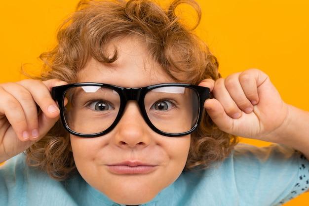 Zakończenie portret dziecko w szkłach dla wzroku na pomarańcze