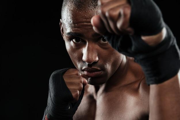 Zakończenie portret młody afroamerican bokser, pokazuje jego pięści
