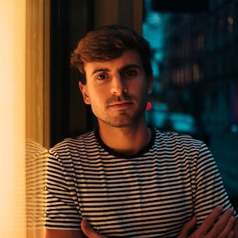 Zakończenie portret patrzeje kamerę outdoors mężczyzna