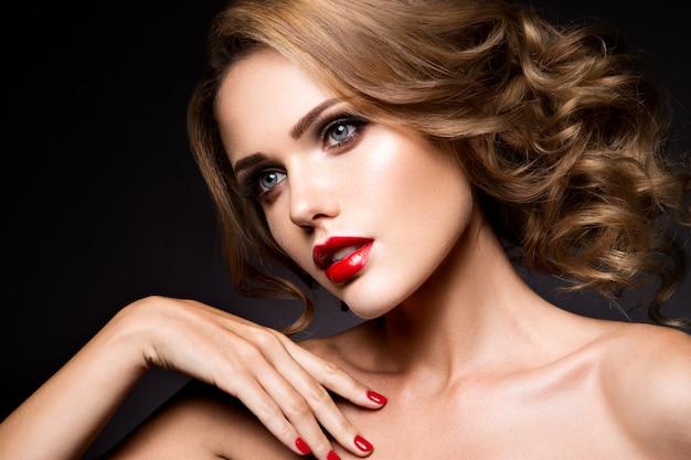 Zakończenie portret piękna kobieta z jaskrawym makijażem