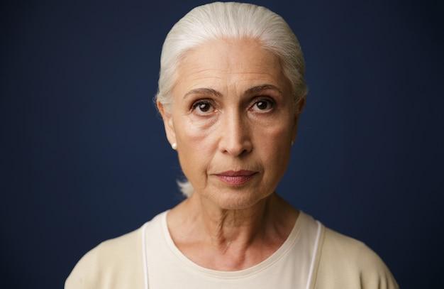Zakończenie portret piękna stara kobieta