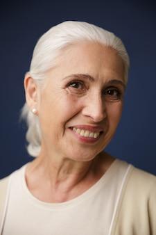 Zakończenie portret rozochocony starej kobiety patrzeć