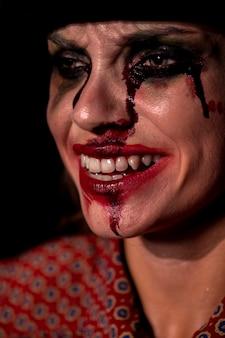 Zakończenie portret smiley makijażu kobieta
