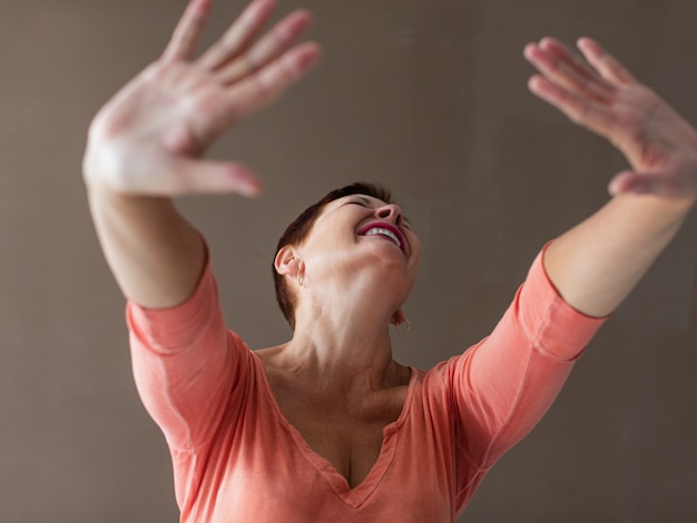 Zakończenie pozytywnej starszej kobiety dźwigania ręki