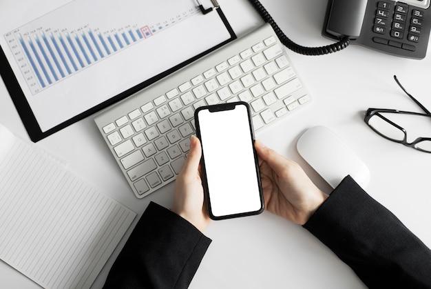 Zakończenie pracownik trzyma telefon komórkowy