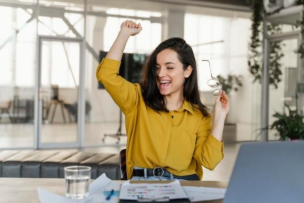 Zakończenie projektu szczęśliwy bizneswoman