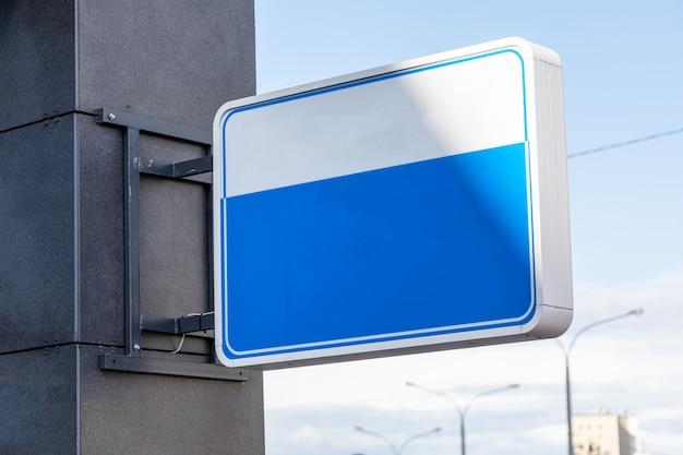 Zakończenie pusty biały i błękitny signboard