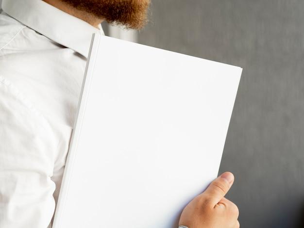 Zakończenie ręka trzyma stos papierowy egzamin próbny